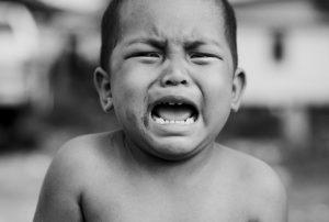 Victimizare copil care plange